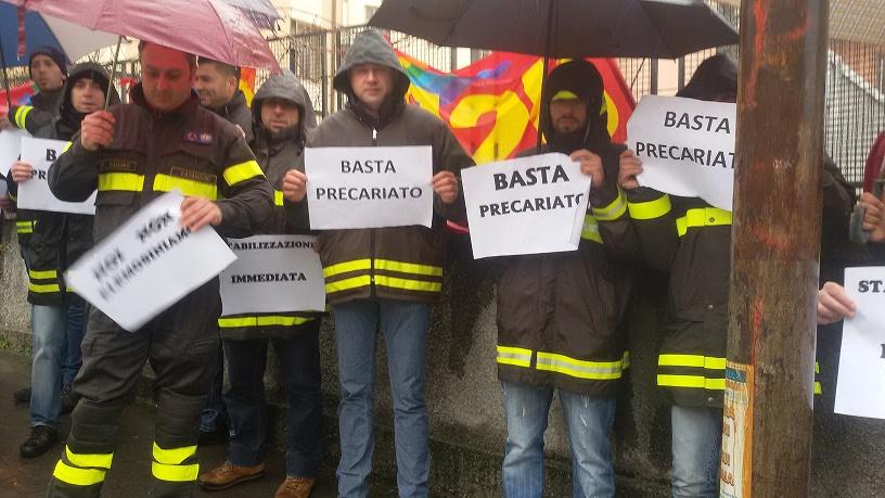 Vigili del fuoco discontinui in protesta