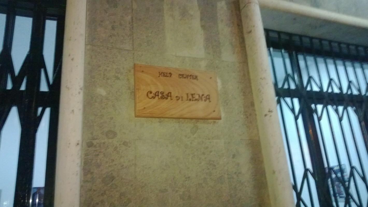 La targa che indica la Casa di Lena
