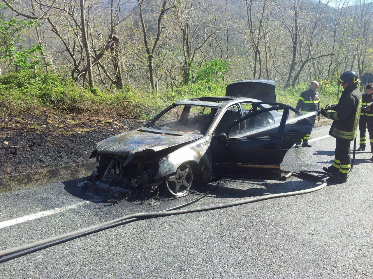 Cosenza pattuglia Gdf salva famiglia da auto in fiamme 3