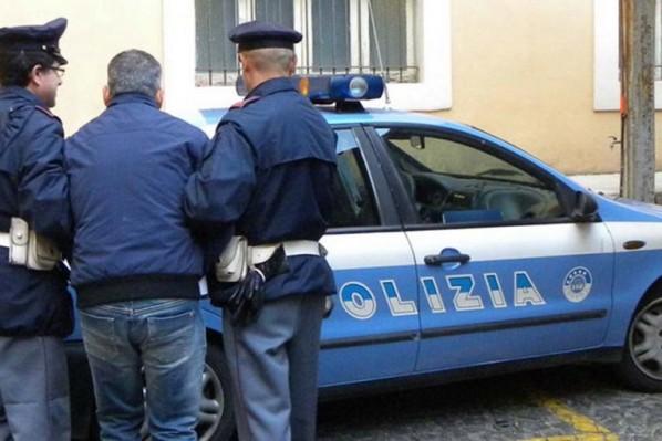 Rapina e perseguita ex compagna, arrestato 27enne