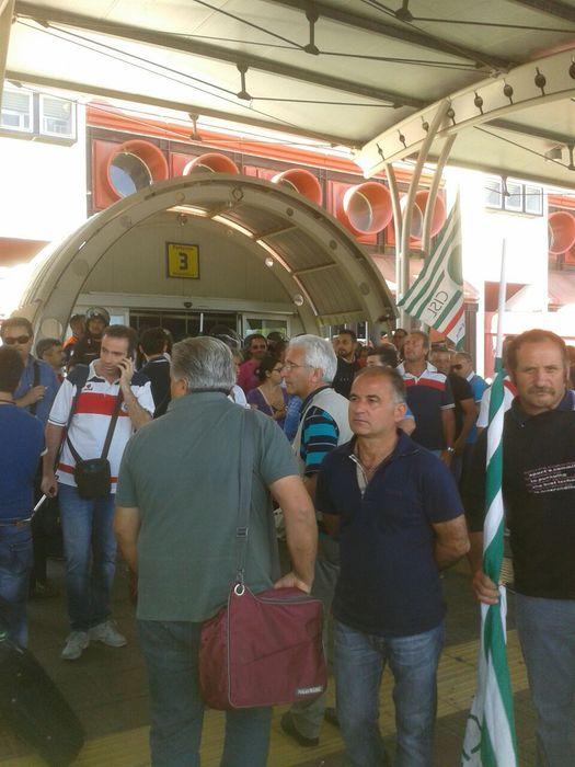 All'aeroporto di Lamezia protesta lavoratori