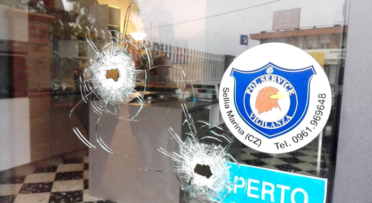 Colpi di pistola contro negozio a via Lucrezia della Valle