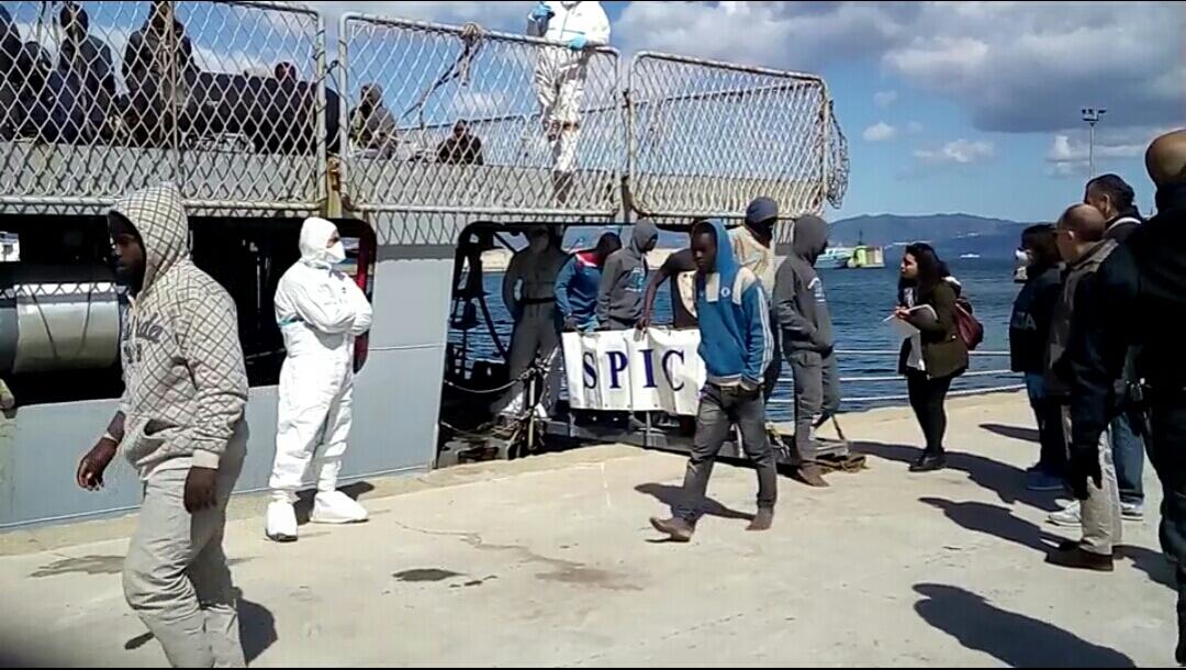Migranti: nave Spica al Porto di Reggio Calabria