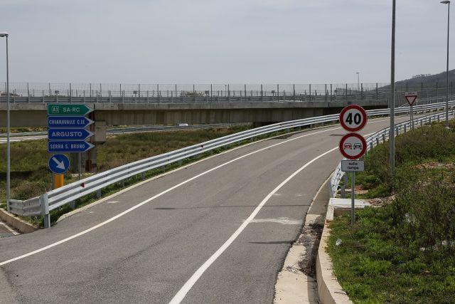 """Anas (società del Gruppo FS Italiane) comunica che, sono stati aggiudicati tre lotti per i lavori di completamento della strada statale 182 'Trasversale delle Serre' in provincia di Vibo Valentia. Gli interventi riguardano i lavori di completamento a suo tempo aggiudicati all'Impresa Cavalleri Infrastrutture s.r.l. fallita, e riguardano i lavori di costruzione del Tronco 1° 2° lotto tra lo Svincolo 'Serre' dell'A2 """"Autostrada del Mediterraneo"""" alla strada provinciale 'Fiume Mesima'; Tronco 1° Stralcio 2° Sp Fondovalle Mesima a Vidotto Scornari e i lavori del Tronco 3° Lotto° 2°da località Cimbello a Bivio Montecucco. L'appalto è stato aggiudicato al Consorzio Stabile A.R.E.M. Lavori S.C.A.R.L. con sede in Santa Maria Capua Vetere (CE), per un importo complessivo di circa 867 milaeuro. I lavori che saranno consegnati all'Impresa aggiudicataria dopo le Festività Pasquali, avranno inizio, con le prime attività propedeutiche per l'avvio del cantiere e l'allestimento delle aree, entro il mese di aprile 2018. L'apertura al traffico dei tratti connessi con i lavori inerenti al Tronco 1° 2° lotto e Tronco 1° Stralcio 2 è prevista entro tre mesi dalla data di avvio dei lavori."""