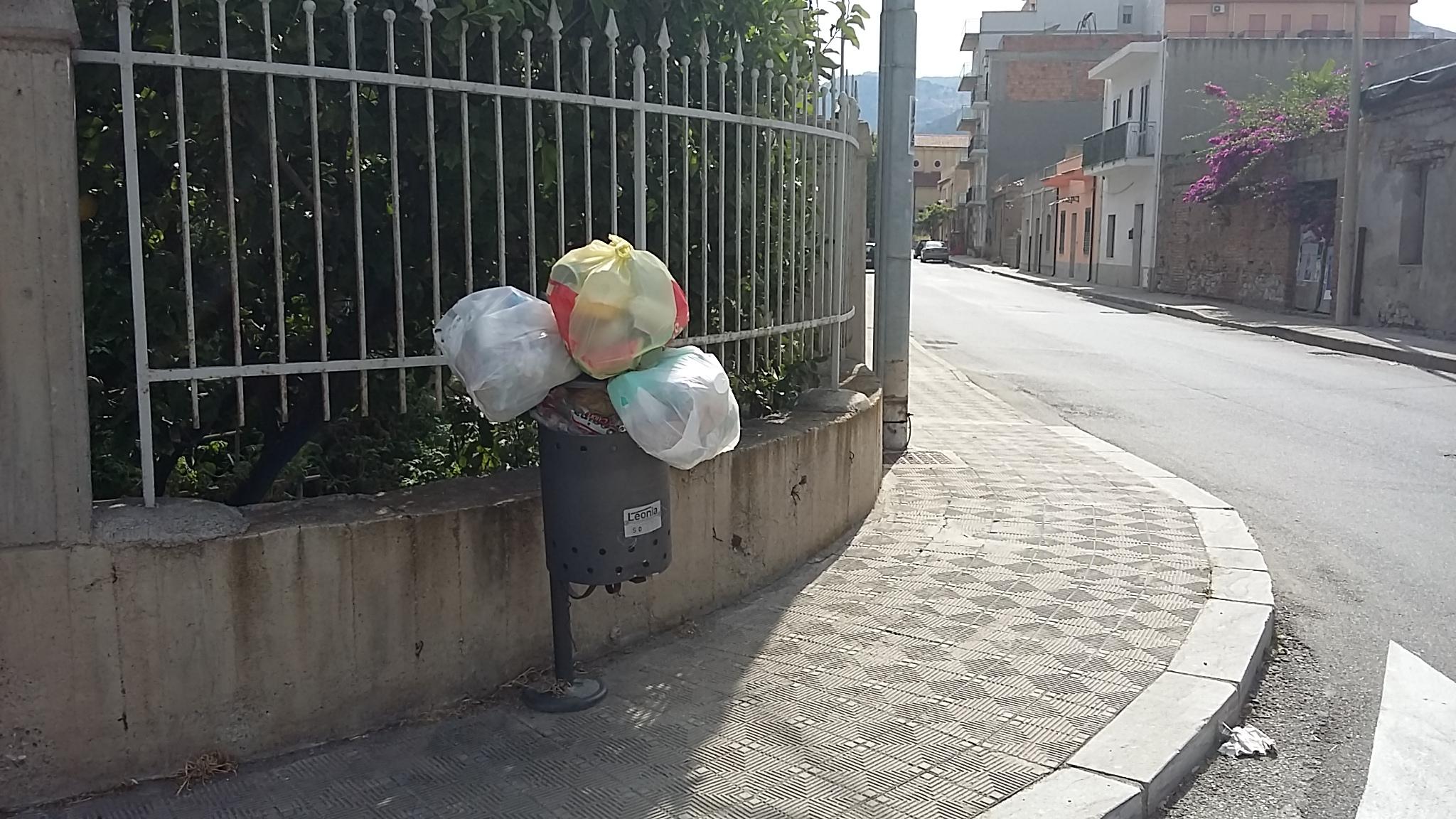 """Reggio - """"Cestino per le carte o cassonetto improprio, 'normale' inciviltà"""" (FOTO)"""