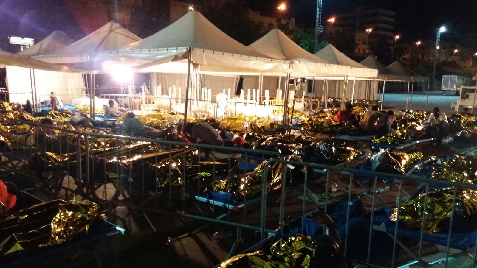 Migranti rimasti al porto di Reggio di notte