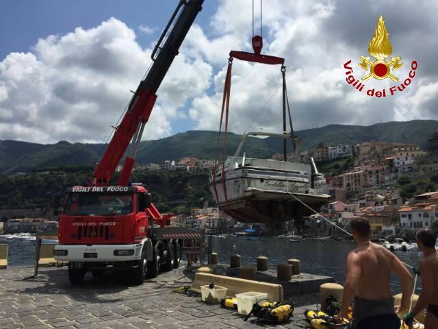 Imbarcazione recuperata dai vvff a Chianalea