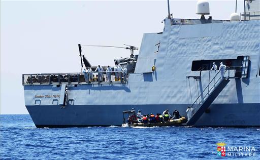 Migranti salvataggio Marina Militare 3