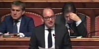 Senatore Caridi in Senato legge prima del voto arresto