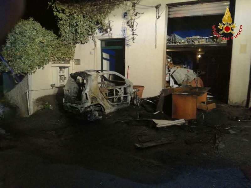 Auto in fiamme a Reggio calabria