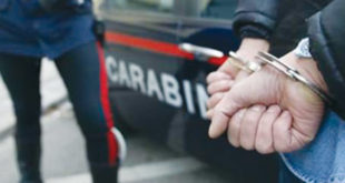 picchia in casa l' ex moglie, arrestato