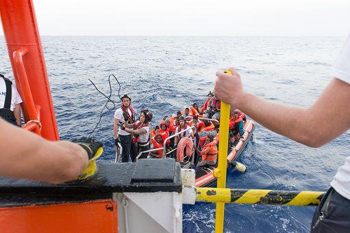 Immigrati/ Salvati 720 migranti a bordo di un barcone a largo della Libia