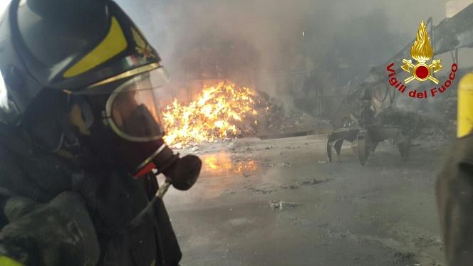 Vigili del fuoco San Mauro Marchesato (KR) - Incendio distrugge una discarica