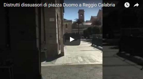 Distrutti dissuasori stradali a Reggio Calabria in piazza Duomo