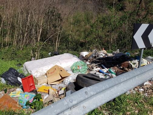 """Cosenza - Rifiuti abbandonati in strada, Spadafora: """"Servono interventi urgenti e mirati"""""""