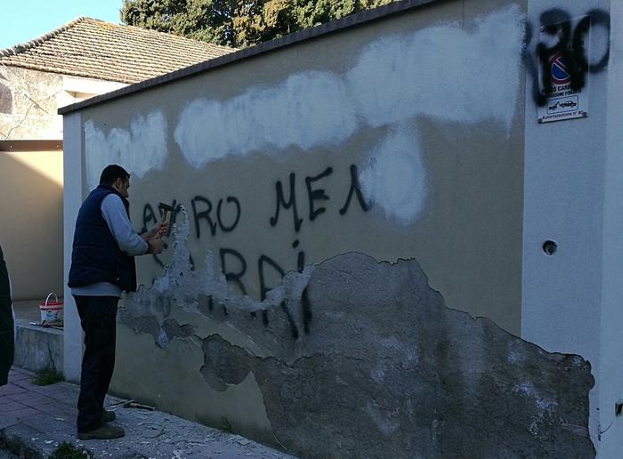 Scritta su muro vescovado Locri