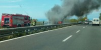 In fiamme autobus su autostrada