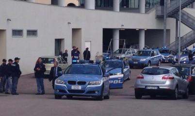 Gli arrestati nella maxi-operazione della Polizia di oggi contro una cellula di Al Qaida in Sardegna trasferiti sulle auto del commissariato di Olbia. Olbia, 24 aprile 2015. ANSA/ANTONELLA MANCA