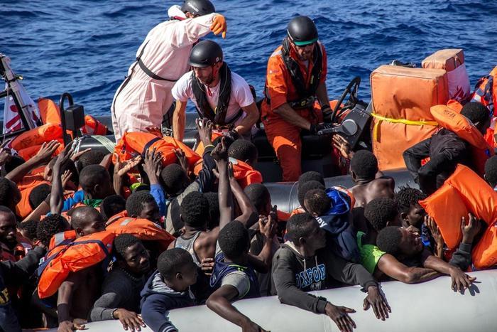 Arrivati 264 migranti al porto di Crotone