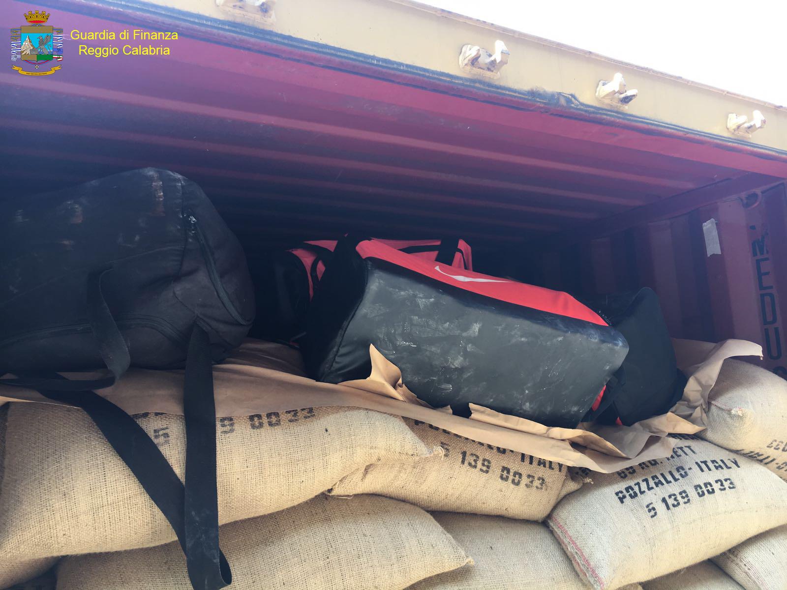 Gioia Tauro (RC) - Sequestrati 218 kg di cocaina purissima