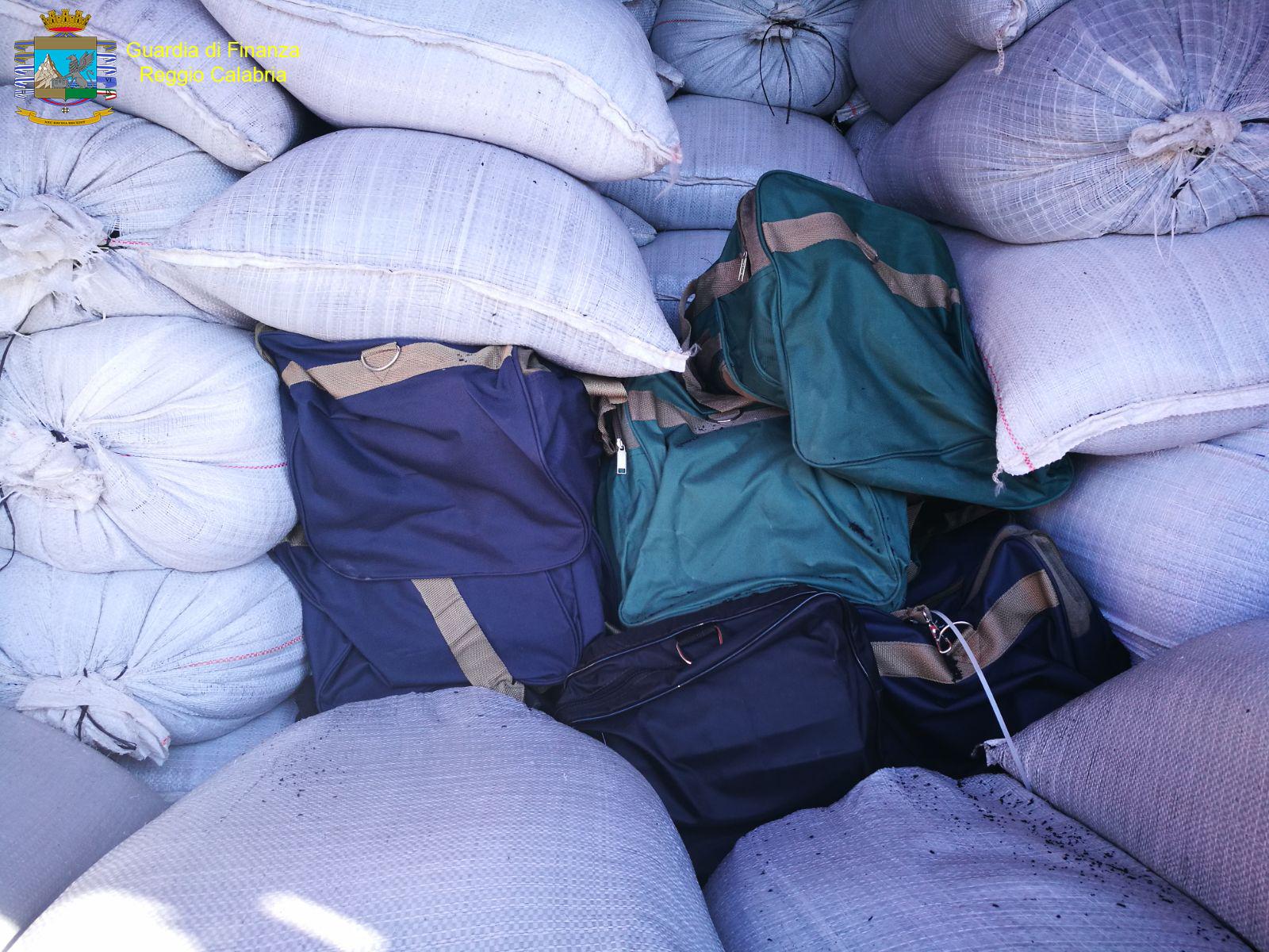 Gioia Tauro (RC) - Sequestrati 216 kg di cocaina