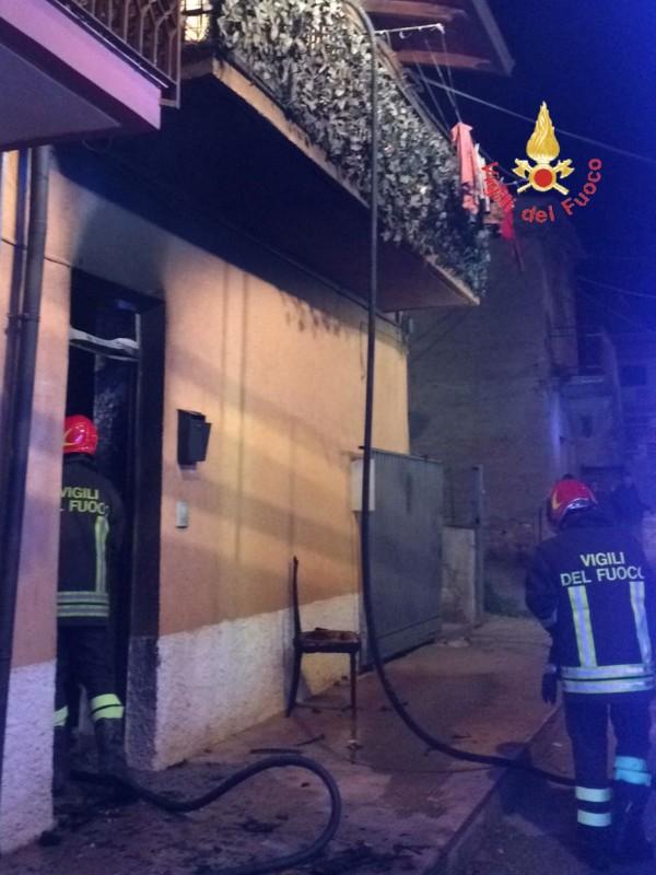 Lamezia-Terme-auto-e-casa-in-fiamme-in-salvo-famiglia