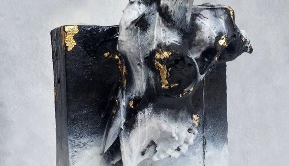 Fla/esh-rinascita-2017-40x20x22-pietra-pomice-teschio-di-capra-cera-bitume-foglia-oro_orig