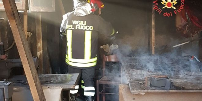 Incendio in magazzino a Catanzaro, indagini su cause