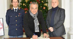 Reggio Calabria, il questore di Milano firma il registro della cittadinanza attiva